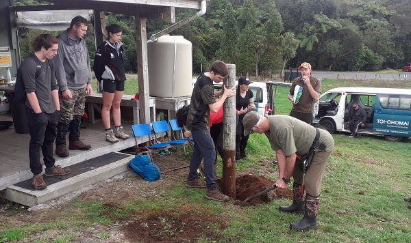 Toi Ohomai students removing old kohanga fence